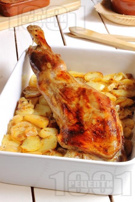 Крехко печено агнешко бутче с картофи, чесън и билки (розмарин, мащерка, риган) в тава на фурна - снимка на рецептата